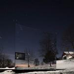 Bên ngoài ngôi nhà được dát kín bằng một bề mặt có độ phản chiếu tuyệt vời. Đó là những tấm kính phản xạ khiến ngôi nhà có thể ẩn hiện trước khung cảnh xung quanh